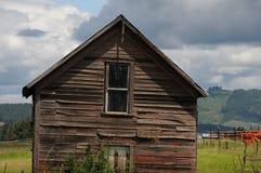 老谷仓和汽车和提取在内兹珀斯县 库存照片