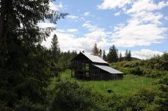 老谷仓和汽车和提取在内兹珀斯县 免版税库存照片