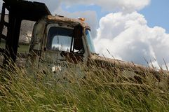老谷仓和汽车和提取在内兹珀斯县 免版税库存图片