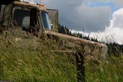 老谷仓和汽车在内兹珀斯县 免版税库存图片