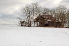 老谷仓在冬天 免版税图库摄影