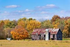老谷仓在秋天 库存照片