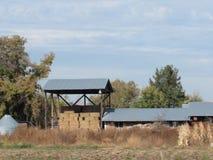 老谷仓在草甸 库存图片