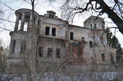 老豪宅的废墟 免版税库存照片