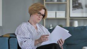 老资深妇女读书文件,当坐沙发时 影视素材