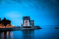 老赌博娱乐场大厦在康斯坦察黑海晚上 库存图片