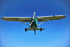 老赛斯纳150在飞行中 图库摄影