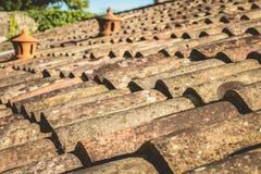 老赤土陶器瓦屋顶由天气损坏了 免版税库存照片