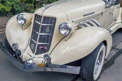 老赤褐色汽车前面  免版税库存照片
