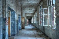 老走廊在一家被放弃的医院 免版税库存图片