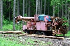 老起重机在森林 库存照片