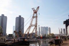 老起重机在港口在downtwon鹿特丹命名了Leuvehaven在晴天 库存照片