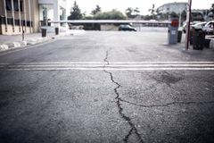 老路的纹理有镇压的 在街道上的沥青表面 免版税库存照片