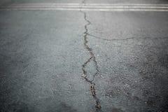 老路的纹理有镇压的 在街道上的沥青表面 库存图片