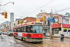 老路面电车在多伦多唐人街  多伦多路面电车系统是最大和最繁忙的轻轨系统  免版税库存图片