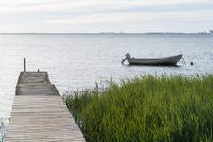 老跳船和一条停住的小船 图库摄影