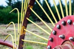 老转台式干草收藏家 拖拉机的连接器 图库摄影