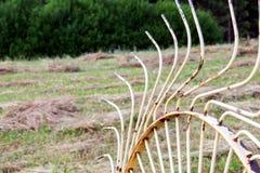 老转台式干草收藏家 拖拉机的连接器 免版税图库摄影