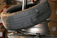 老轮胎替换 免版税库存照片