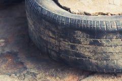 老轮胎肮脏的使用的轮胎 图库摄影