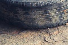 老轮胎肮脏的使用的轮胎 免版税库存图片