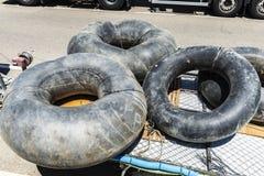 老轮胎附加拖车 图库摄影