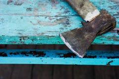 老轴在一张蓝色木桌上说谎 库存照片