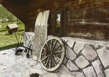 老载马的车辆轮子和犁 免版税库存图片