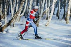 老运动员滑雪者经典样式在冬天桦树森林里 免版税库存图片