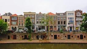 `老运河`在乌得勒支,有典型的荷兰房子的,当地窖出来在一个老码头 库存照片