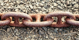 老运输锚链三个非常生锈的链接  库存图片