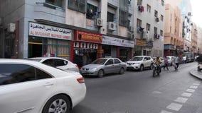 老迪拜的街道:在遏制很多停放的汽车,路人在边路去 住宅处所 股票视频