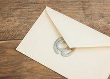老邮寄的信封和签署电子邮件 免版税图库摄影