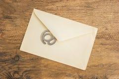 老邮寄的信封和签署电子邮件 库存图片