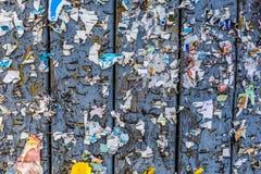 老都市广告牌有被撕毁的被剥皮的海报摘要水平的背景 免版税库存图片