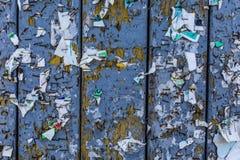 老都市广告牌有被撕毁的被剥皮的海报摘要水平的背景 免版税库存照片