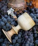 老酒投手和黏土玻璃、葡萄酒酿造象征和黄柏 免版税图库摄影