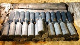 老酒瓶在地窖葡萄酒库里 免版税库存图片