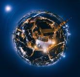 老里加夜行星 跨接在里加市360 VR寄生虫图片的路虚拟现实的 免版税库存照片