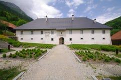 老重创的淡黄绿修道院 图库摄影