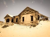 老金刚石采矿镇Kolmanskop鬼魂大厦在纳米比亚 免版税库存照片
