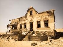 老金刚石采矿镇Kolmanskop鬼魂大厦在纳米比亚 库存图片