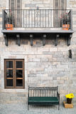 老金属公园长椅和屋顶上面 免版税库存照片