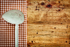 老金属厨房杓子 免版税库存照片