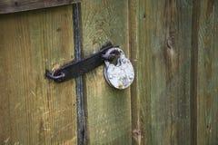 老金属挂锁关闭了与金属夹子 免版税图库摄影