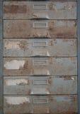 老金属文件柜是铁锈。 免版税库存图片