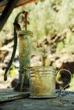老金属杯子和减速火箭的水泵 免版税库存照片