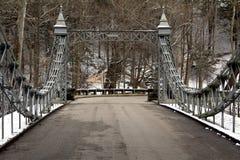 老金属桥梁在公园 免版税库存图片