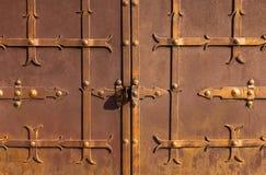 老金属生锈的门 库存图片