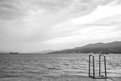 老金属的扶手栏杆到海里 图库摄影